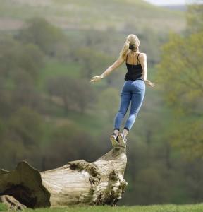 femme saut dans le vide